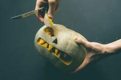 Remettez découper la lanterne du cric o hors du potiron sur le fond foncé pour Halloween d images stock