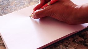 Remettez dessiner un coeur sur un livre blanc simple plein HD 1920x1080 banque de vidéos