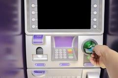 Remettez insérer la carte de distributeur bancaire, l'espace pour entrer dans le texte Photographie stock