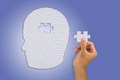 Remettez insérer le puzzle absent dans la forme de tête du ` s d'homme blanc Image stock