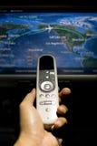 Remettez juger à télécommande sur l'avion avec des avions de vol dessus illustration libre de droits