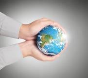 Remettez juger des éléments de globe de cette image meublés par la NASA Images stock