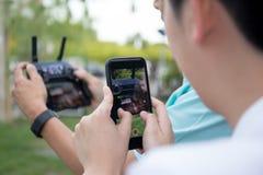 Remettez juger l'enregistrement de téléphone portable visuel au bourdon de contrôle par radio images stock