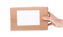 Remettez juger la boîte aux lettres de carton d'isolement sur un fond blanc Images libres de droits
