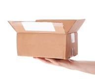 Remettez juger la boîte aux lettres de carton d'isolement sur un fond blanc Image stock