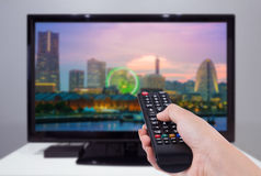 Remettez juger la TV à télécommande avec une télévision et un écran de ville Photos libres de droits
