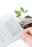 Remettez juger le carnet de banque ou le carnet d'isolement sur le blanc Photographie stock