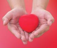 remettez juger le coeur rouge envoyé amour dans la Saint-Valentin avec le clippin Photographie stock libre de droits