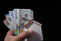 Remettez juger le dollar américain d'isolement sur le fond noir Photo libre de droits