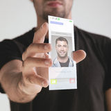 Remettez juger le futur téléphone portable transparent fait en graphene. Concept. Images libres de droits