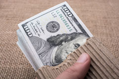Remettez juger le paquet de billet de banque du dollar US disponible Image stock