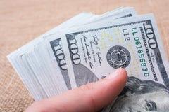 Remettez juger le paquet de billet de banque du dollar US disponible Images stock