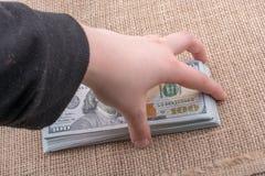 Remettez juger le paquet de billet de banque du dollar US disponible Photo libre de droits