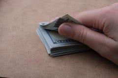 Remettez juger le paquet de billet de banque du dollar US disponible Images libres de droits