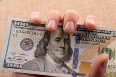 Remettez juger le paquet de billet de banque du dollar US disponible Image libre de droits
