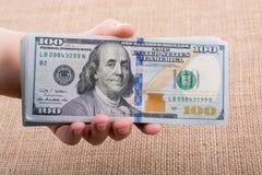 Remettez juger le paquet de billet de banque du dollar US disponible Photo stock
