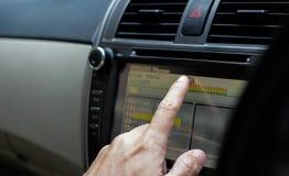 Remettez l'écran de visualisation de contact pour jouer la musique dans une voiture, foc sélectif photographie stock