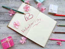 remettez l'écriture à la page de carnet avec le concept et l'idée de forme de coeur pour la valentine Image libre de droits