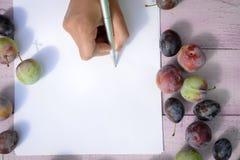 Remettez l'écriture sur la feuille de papier claire se trouvant entre Photos libres de droits