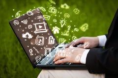 Remettez l'écriture sur l'ordinateur portable avec des icônes et des symboles de media Images libres de droits