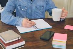Remettez l'écriture sur un livre de copie sur la table en bois Image libre de droits