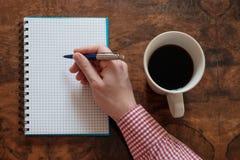 Remettez l'écriture sur un livre de copie sur la table en bois Photo stock