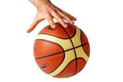 Remettez l'atteinte pour un basket-ball sur un fond blanc Image libre de droits