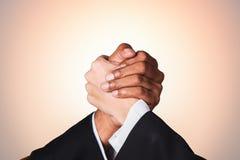 Remettez l'homme d'affaires et la femme d'affaires de secousse avec le ton chaud de puissance Photo libre de droits