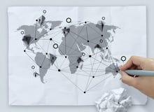 Remettez l'icône sociale de dessin de media sur le papier chiffonné Images stock