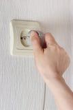 Remettez l'insertion électrique branchent la prise sur le mur Photos stock