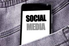 Remettez l'inspiration de légende des textes d'écriture montrant le media social Concept d'affaires pour le téléphone portable mo Photos stock