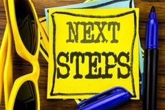 Remettez l'inspiration de légende des textes d'écriture montrant de prochaines étapes Concept d'affaires pour futur Golas et cibl Images libres de droits