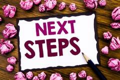 Remettez l'inspiration de légende des textes d'écriture montrant de prochaines étapes Concept d'affaires pour futur Golas et cibl Photographie stock