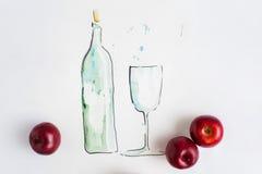 Remettez la bouteille de l'eau dessinée par aquarelle avec de pleines pommes en verre et rouges Image stock