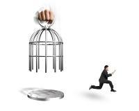 Remettez la cage d'ouverture avec l'homme employant le comprimé et le fonctionnement Photos libres de droits