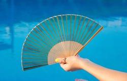 Remettez la fan dans la main de filles par la piscine images libres de droits