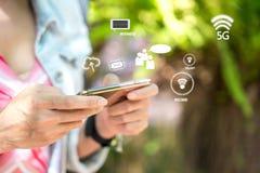 Remettez la femme à l'aide du smartphone pour les affaires et le réseau social image libre de droits