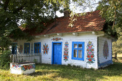 Remettez la maison décorée de campagne dans Zalipie, Pologne. Photographie stock libre de droits