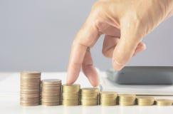 Remettez la marche sur des pièces de monnaie de pile sur la table Financier et élevage Image libre de droits