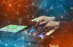 Remettez la musique de mélange sur le contrôleur du Midi avec le concept de connectivité images stock