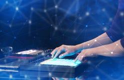 Remettez la musique de mélange sur le contrôleur du Midi avec le concept de connectivité photos stock