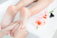 Remettez la presse au concept de massage et de station thermale de pied images libres de droits