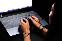 Remettez la prise et étiez en esclavage avec la souris d'ordinateur au-dessus de la nuit Images libres de droits
