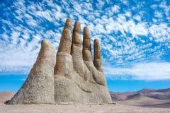 Remettez la sculpture, le symbole du désert d'Atacama photos stock