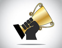Remettez la silhouette tenant et soulevant la tasse d'or gagnée en concurrence Image libre de droits