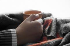 Remettez la tasse de café de prise sur une écharpe en bois de table - modifiez la tonalité le vintage photographie stock libre de droits