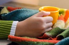 Remettez la tasse de café de prise sur une écharpe en bois de table - modifiez la tonalité le vintage photo stock