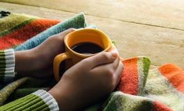 Remettez la tasse de café de prise sur une écharpe en bois de table - modifiez la tonalité le vintage photo libre de droits