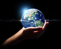 Remettez la terre de prise dans le fini d'élément d'environnement d'univers Photos stock