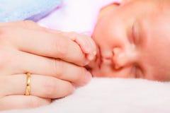 Remettez le bébé de sommeil dans la paume de la mère Photo stock